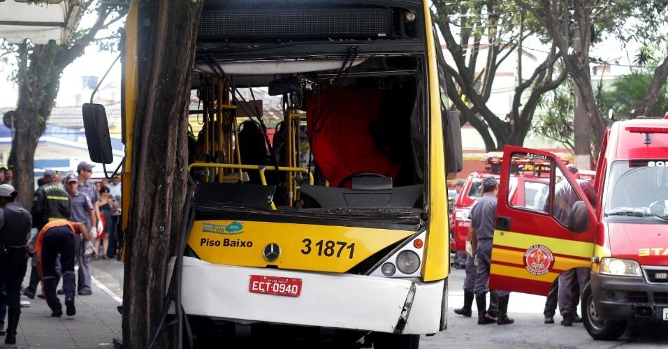 7.jan.2014- Segundo o Corpo de Bombeiros, 25 pessoas ficaram feridas no acidente envolvendo um ônibus urbano na rua Doutor João Ribeiro, em Penha, na zona leste de São Paulo. O motorista do coletivo teria perdido o controle do veículo e batido em uma árvore na manhã desta terça-feira, 07. As vítimas foram encaminhadas para os hospitais Tatuapé, Padre Bento, Santa Marcelina e Ermelino Matarazzo. Não há feridos em estado grave. Nove viaturas do Corpo de Bombeiros foram enviadas ao local, além de ambulâncias do Samu. Ainda não se sabe as causas do acidente.