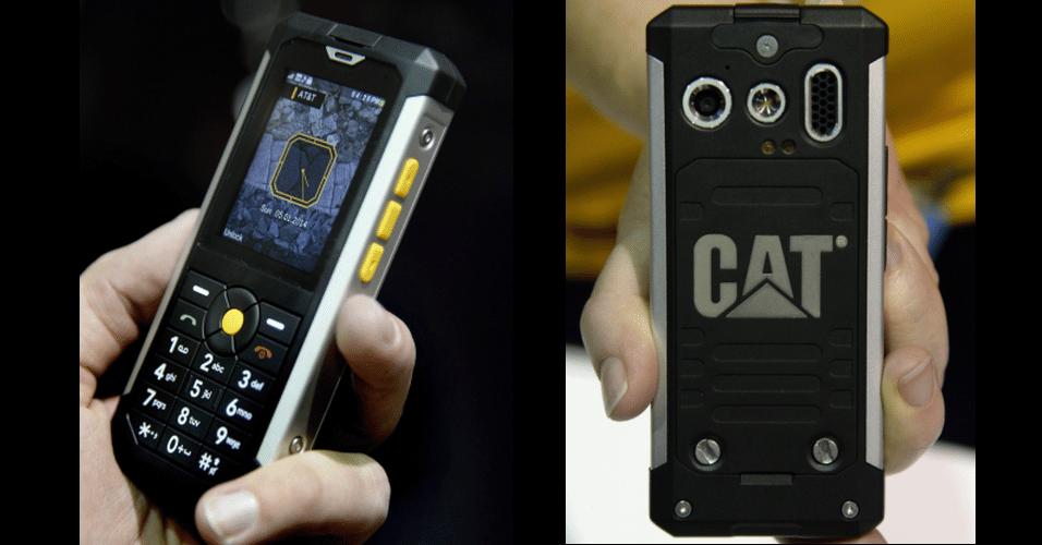 A Caterpillar, mais conhecida por fabricar maquinário pesado para a construção civil, lançou na CES 2014 um novo modelo de celular ''durão''. O Cat B100 aguenta quedas de 1,8 metro, temperaturas entre -25°C e 55ºC, além de poder ser submerso a 1 metro na água. O teclado tem botões grandes para facilitar a operação com luvas, aponta o ''Engadget'', e a câmera de 3 megapixels vem com flash. Ainda não há informações sobre preço ou data de venda