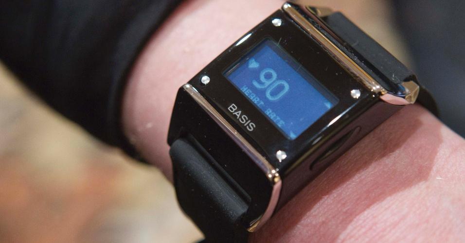 O Basis B1 Band tem cara de relógio inteligente, mas funciona como uma central digital de monitoramento da saúde. Com seis sensores na base, o gadget mede a frequência cardíaca, gasto calórico, duração do exercício, temperatura e dados sobre o sono do usuário. As informações podem ser enviadas via Bluetooth a smartphones Android ou com iOS com o aplicativo da Basis Band instalado. Será vendido por US$ 199 (R$ 473)