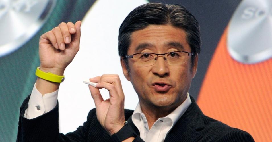 O vice-presidente da Sony Mobile, Kunimasa Suzuki, mostra a pulseira SmartBand e o gadget Sony Core na CES 2014. O Core pode ser inserido na pulseira e ajuda a monitorar a atividade física e de entretenimento do usuário. Ele vibra para avisar sobre ligações e mensagens no celular. Também ajuda a fazer marcações com um toque durante rotinas diárias que o usuário pode acessar posteriormente pelo aplicativo Lifelog. O Core custará ? 99 (R$ 320)