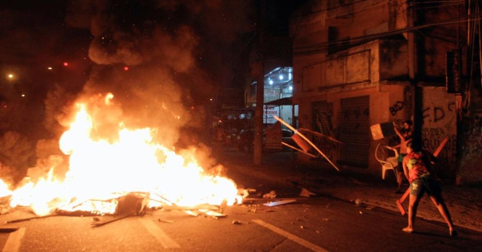 7.jan.2014 - Moradores da Comunidade do Metrô, na Mangueira, zona norte do Rio de Janeiro, protestam contra a derrubada de casas e a falta de coleta de lixo, luz e água na comunidade