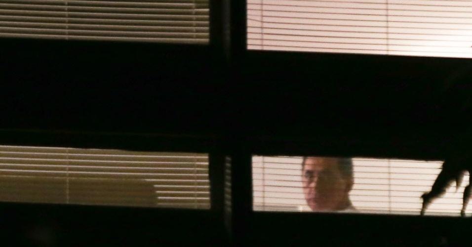 7.jan.2014 - O deputado João Paulo Cunha é visto pela janela do seu apartamento em Brasília. Condenado no julgamento do mensalão, Cunha aguarda o mandado de prisão
