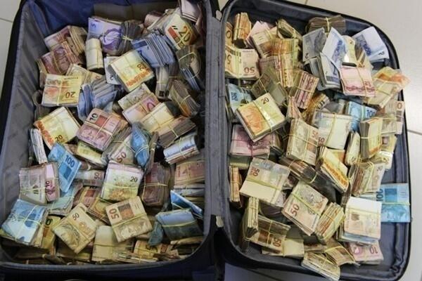 8.jan.2014 - A Polícia Federal apreendeu cerca de R$ 449 mil na terça-feira (7) na Rodoviária Internacional de Foz do Iguaçu, no Paraná. O dinheiro vivo estava em uma mala e seria transportado até o Paraguai. Na ação, dois homens, um brasileiro e um paraguaio, foram presos em flagrante
