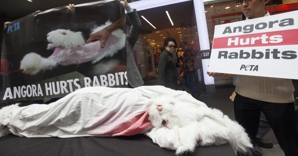 8.jan.2014 - Ativistas do Peta (Pessoas por um Tratamento Ético aos Animais, em tradução livre) participam de um protesto em uma área comercial de Hong Kong, China.  O grupo de defesa animal realizou uma pesquisa na China e alertou sobre a forma colo os coelhos são violentamente tosqueados