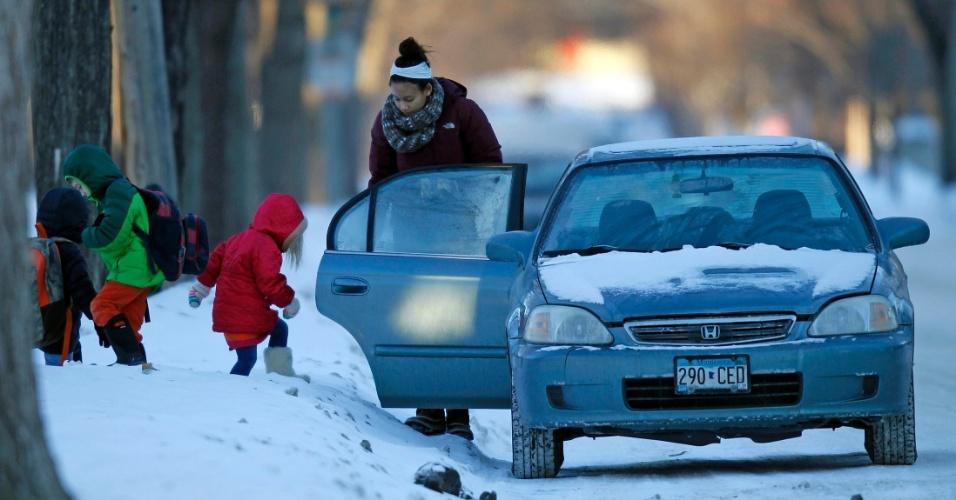 8.jan.2014 - Crianças enfrentam neve e sobem em carro para serem levadas à escola, em temperaturas abaixo de zero, em Minneapolis, nos Estados Unidos, nesta quarta-feira (8). Subiu para 21 o número de mortos por conta da onda de frio polar que atinge boa parte dos Estados Unidos. A maioria das vítimas perdeu a vida em acidentes em estradas com pistas escorregadias por conta da neve, mas algumas pessoas morreram por congelamento