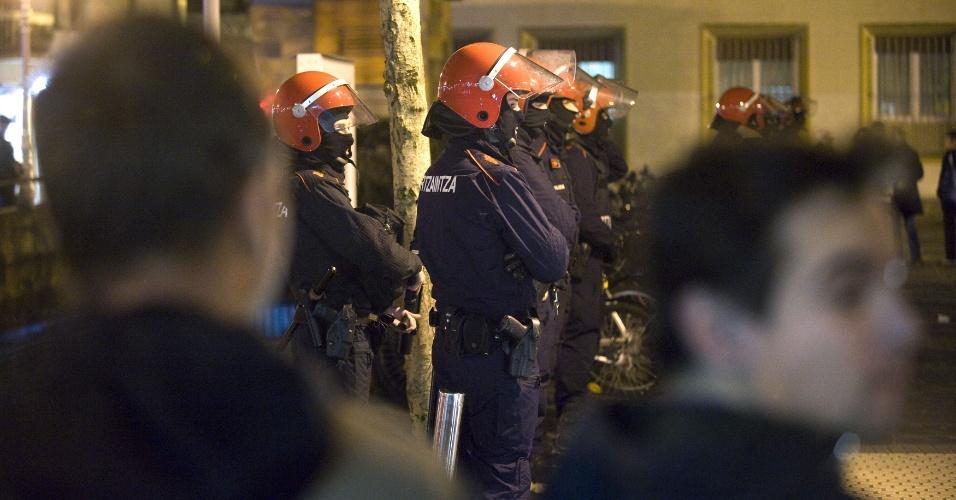 8.jan.2014 - Guarda Pública basca enfrentou nesta quarta-feira (8) manifestantes durante um protesto contra a prisão de oito membros de um grupo de apoio a prisioneiros do ETA na cidade de San Sebastian, Espanha. As prisões ocorreram duas semanas após os separatistas detidos dizerem que buscariam sua libertação através de uma anistia geral