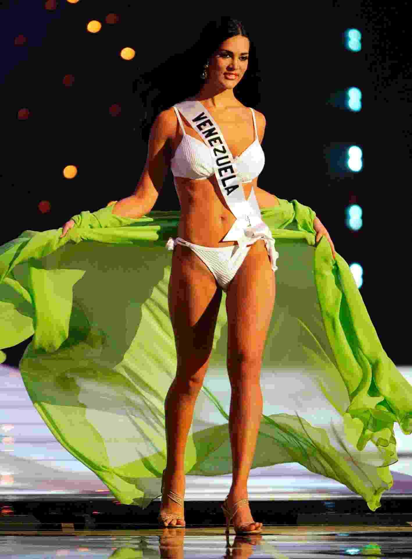 8.jan.2014 - Imagem de arquivo de maio de 2005 mostra a então miss Venezuela Mónica Spear durante desfile do Miss Universo 2005, em Bancoc (Tailândia). A ex-miss morreu ao lado do marido durante tentativa de assalto em Caracas, na Venezuela, segundo a mídia local. A filha do casal, de 5 anos, ficou ferida - Adrees Latif/Reuters
