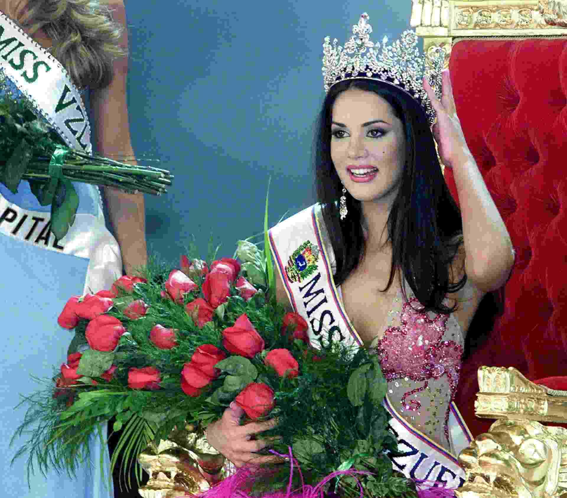 8.jan.2014 - Mónica Spear posa para foto após ser eleita Miss Venezuela, em setembro de 2004 - Andrew Alvarez/AFP