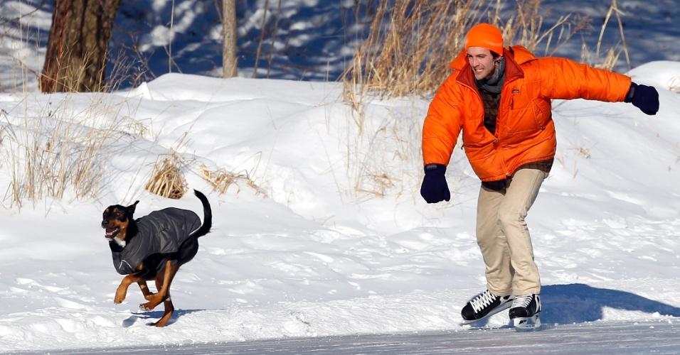 8.jan.2014 - O frio recorde parece que finalmente dará uma trégua no Hemisfério Norte. A previsão é de que a onda polar que afetou 240 milhões de pessoas perca força durante a segunda parte da semana. Com a boa notícia desta quarta-feira (8), Cyril River aproveitou para patinar no gelo com seu cão, Aldo, em Minneapolis, EUA, antes que ele derreta