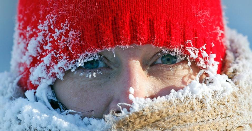 8.jan.2014 - O vapor que emana da respiração de Gail Davis congela ao redor do seu rosto enquanto ela se exercita em Minneapolis, nos Estados Unidos, nesta quarta-feira (8). Subiu para 21 o número de mortos por conta da onda de frio polar que atinge boa parte dos Estados Unidos. A maioria das vítimas perdeu a vida em acidentes em estradas com pistas escorregadias por conta da neve, mas algumas pessoas morreram por congelamento