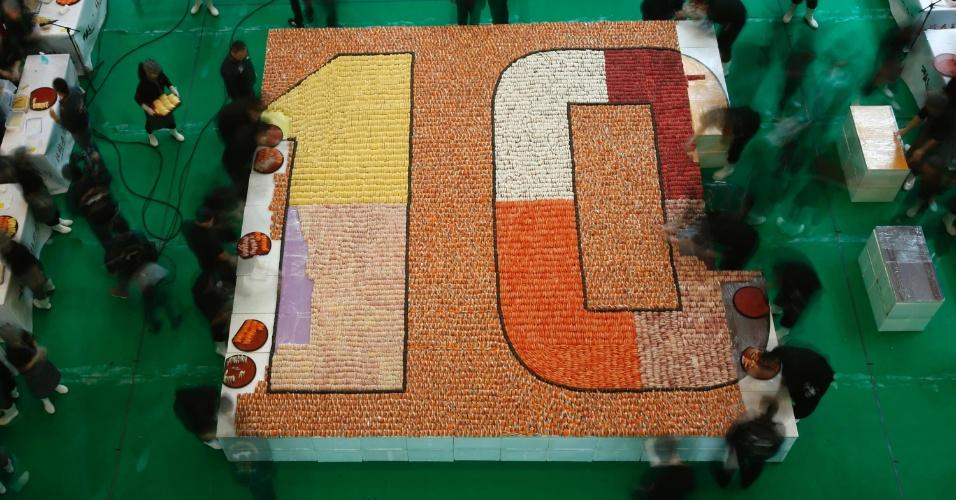 8.jan.2014 - Participantes de evento usam 20.647 peças de sushi para montar mosaico de 37 m² numa tentativa de quebrar o recorde mundial, em Hong Kong (China)
