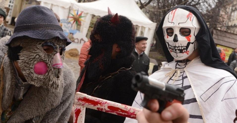 8.jan.2014 - Pessoas usam fantasias durante comemorações de Natal  na cidade ucraniana de Lviv. Os católicos ortodoxos comemoram o Natal no dia 7 de janeiro, seguindo o calendário juliano