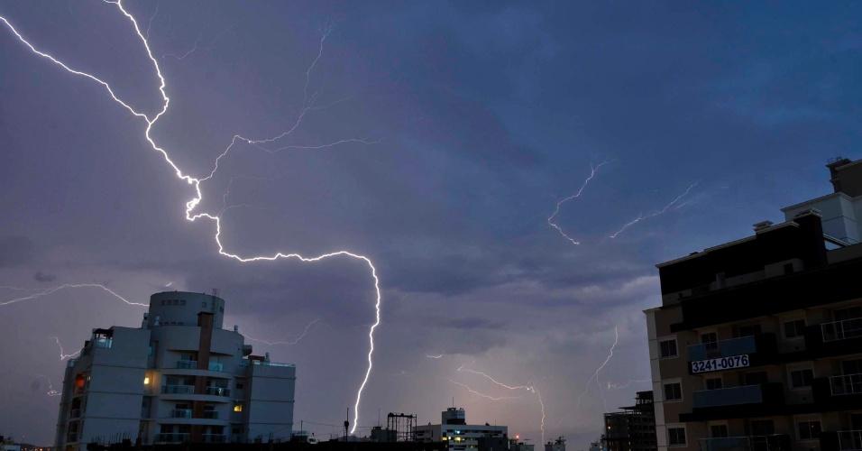 8.jan.2014 - Raios iluminam a capital catarinense durante temporal que atingiu a cidade nesta quarta-feira (8). Foram registrados vários pontos de alagamento na grande Florianópolis