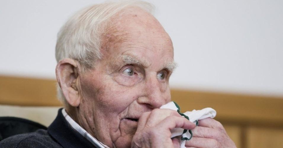 8.jan.2014 - Sierts Bruins, 92, um ex-membro da SS acusado pela morte em 1944 de um membro da resistência holandesa, assiste a julgamento nos tribunais de Hagen, Alemanha Ocidental. Os fatos aconteceram em 22 de setembro de 1944 quando, de acordo com a acusação, Bruins participou com outro membro da organização nazista da morte de Aldert Dijkema Klaas, 36, um membro da resistência holandesa