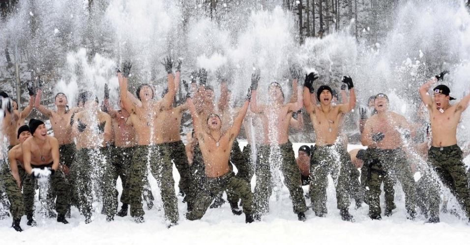 8.jan.2014 - Soldados das Forças Especiais do Exército da Coreia do Sul participam de um exercício de sobrevivência de inverno em Pyeongchang . As Forças Armadas sul-coreanas realizam treinamentos regulares para possíveis ataques norte-coreanos
