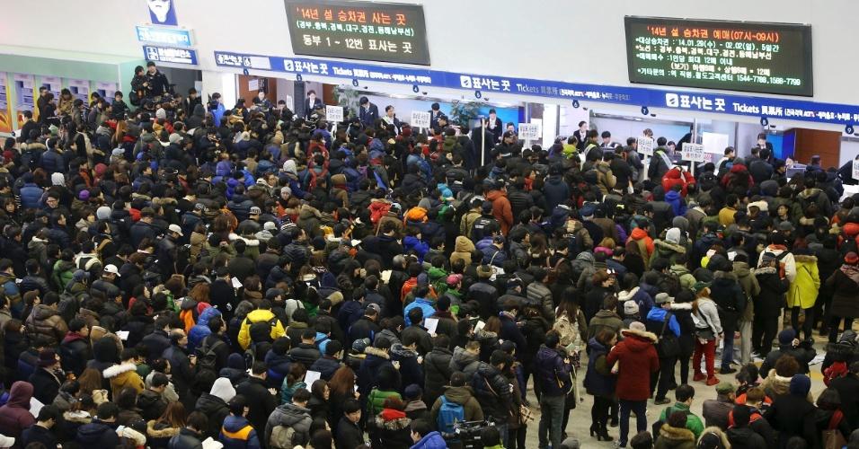 8.jan.2014 - Sul-coreanos fazem longas filas em estação de trem de Seul para comprar bilhetes de trem para visitar suas cidades natais durante o Ano Novo Lunar, comemorado entre 30 de janeiro e 1º de fevereiro