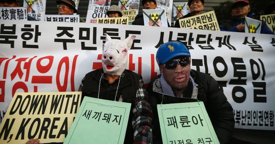 8.jan.2014 - Sul-coreanos usam máscaras representando o ex-jogador de basquete Dennis Rodman (à direita) e de um porco em referência ao líder norte-coreano, Kim Jong Un, no centro de Seul