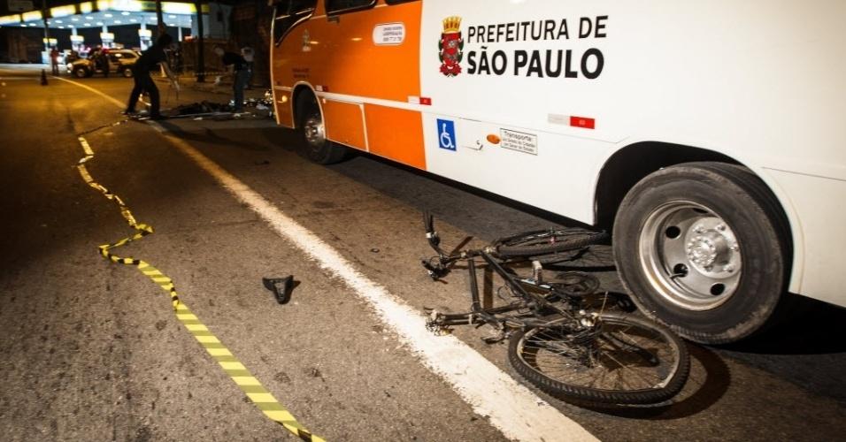 8.jan.2014 - Um ciclista morreu após ser atropelado por um caminhão, por volta das 23h de terça-feira (7) na avenida Eliseu de Almeida, região da Vila Sônia, zona oeste de São Paulo. O motorista do caminhão não prestou socorro à vítima, que já estava morta quando o resgate chegou