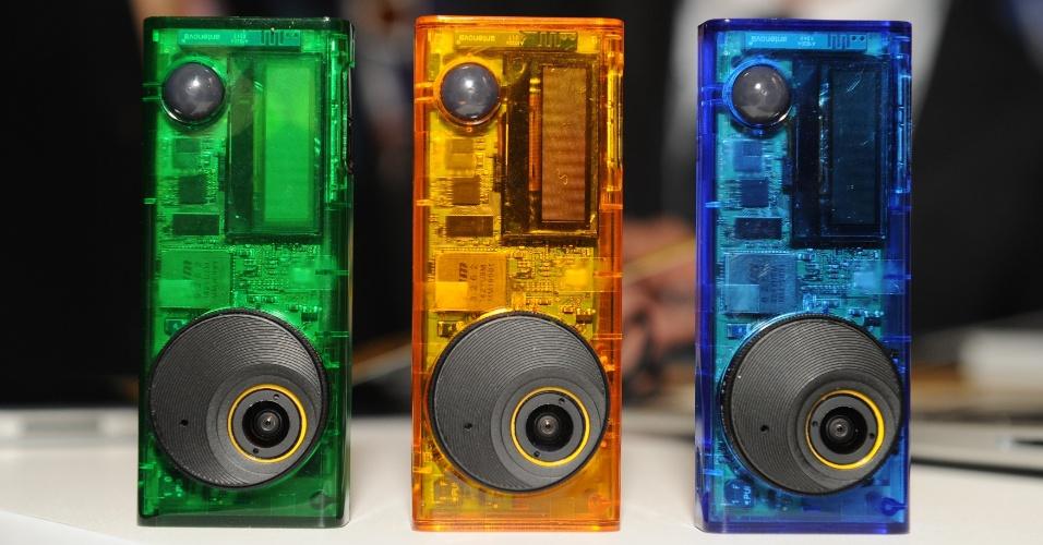 A câmera Autographer (US$ 400 nos EUA; cerca de R$ 950) é classificada como ''vestível'': ela funciona de forma automática, sem interação com o usuário, e pode ser presa à roupa ou em um colar. O equipamento com 90 mm e 58 gramas tem uma lente ampla, de 136º, que permite capturar quase todo o entorno. Sensores fazem ajustes automáticos para melhorar a qualidade das fotos, que também podem ser clicadas manualmente. O conteúdo é visualizado no celular, via aplicativo. Sua memória interna é de 8 GB