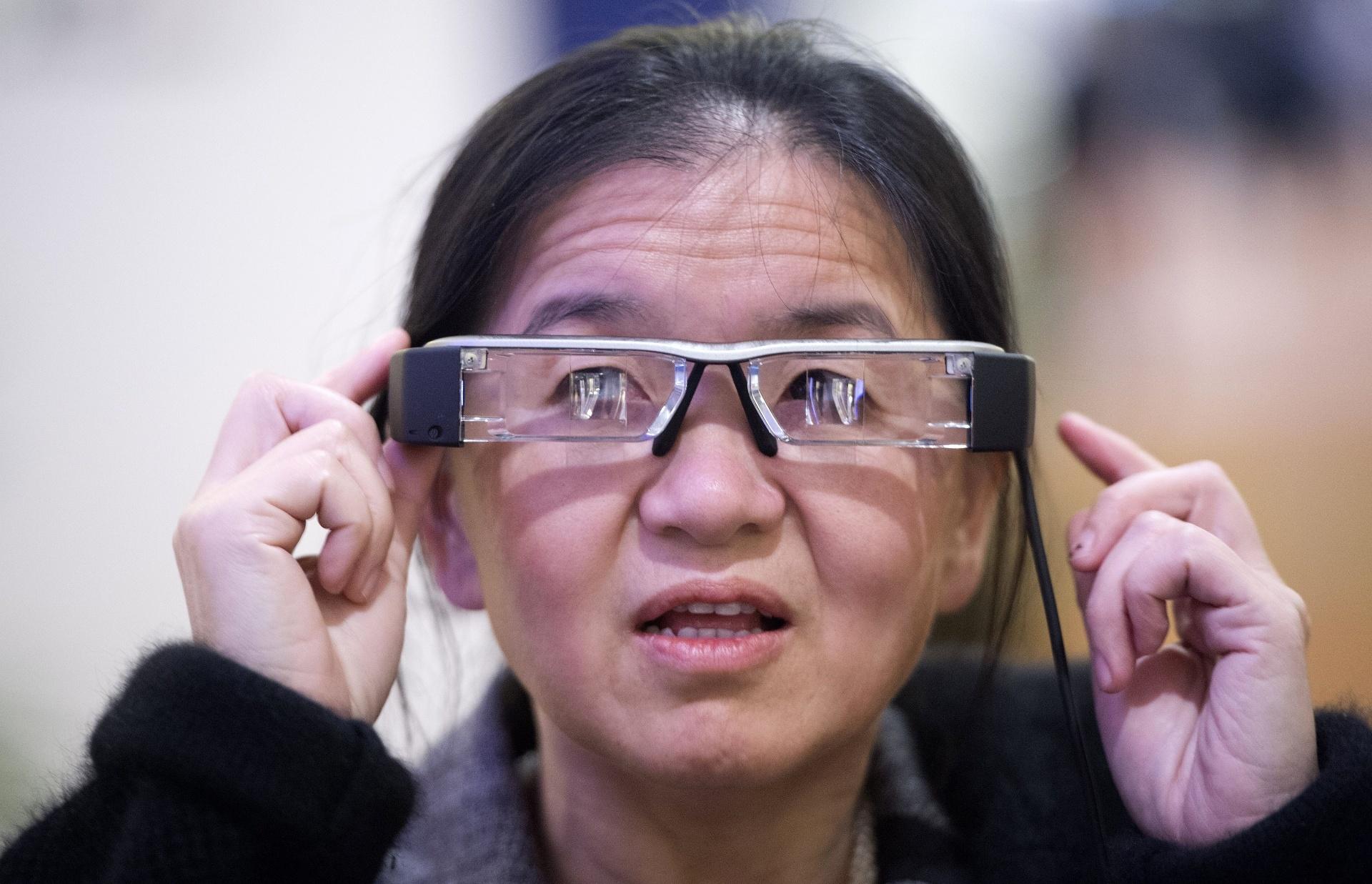 5fe53965b66e7 Por US  699, óculos inteligentes da Epson têm visual  fundo de garrafa  -  08 01 2014 - UOL Tecnologia