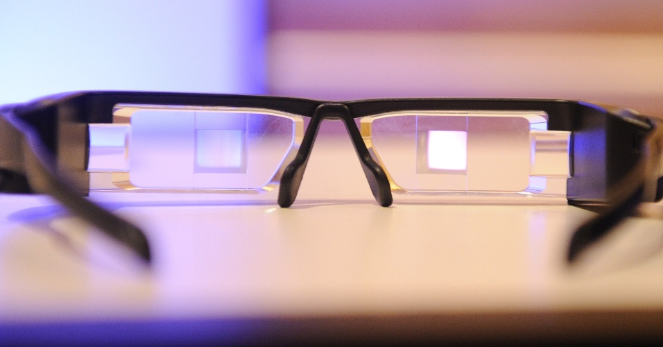 A Epson prometeu para março o lançamento dos óculos inteligentes Moverio BT-200 por US$ 699 (cerca de R$ 1.665) - ainda exclusivo para desenvolvedores, o Google Glass também está previsto para chegar oficialmente ao mercado neste ano. A alternativa da Epson é visivelmente maior que a do Google, mas a empresa não divulga seu peso ou dimensões. A segunda geração do Moverio acessório (o BT-100 era ainda maior) promete criar ''uma mistura dos mundos físico e digital'' baseada na realidade aumentada