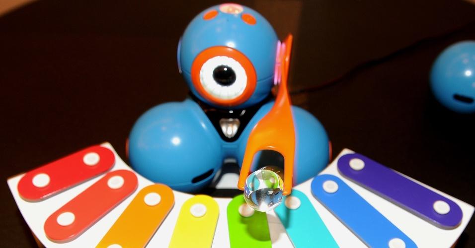 Robô Bo, da Play-i, ensina linguagem de programação às crianças. Ao utilizar um aplicativo para iPad, é possível programar de forma intuitiva o brinquedo para se movimentar, reproduzir sons ou executar outras ações. A novidade está em pré-venda por US$ 169 (cerca de R$ 400)