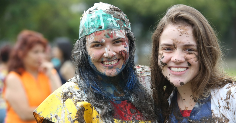9.jan.2014 - A UFPR (Universidade Federal do Paraná) divulgou nesta quinta a lista de aprovados na primeira chamada do vestibular 2014. Para comemorar, os convocados participaram do tradicional banho de lama em Curitiba