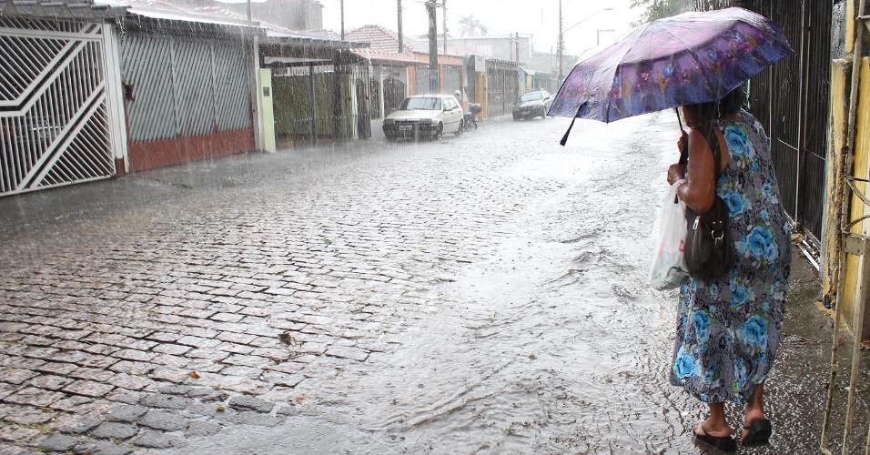 9.jan.2014 - Chuva causa alagamento em alguns pontos do bairro do Mandaqui, na zona norte de São Paulo (SP), nesta quinta-feira (9). A cidade está tendo o início de janeiro mais quente dos últimos dez anos, segundo o Inmet (Instituto Nacional de Meteorologia)