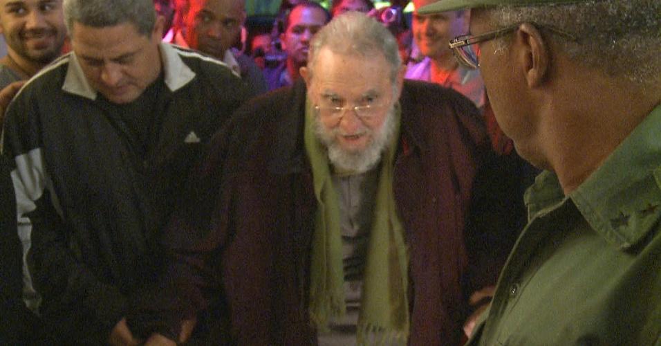 9.jan.2014 - Imagem de um vídeo feito nesta quinta-feira (9) mostra o ex-presidente cubano Fidel Castro na inauguração de um estúdio de arte em Havana. Foi a primeira aparição do líder em público depois de nove meses. Fidel deixou o poder em favor do irmão Raul, em 2006