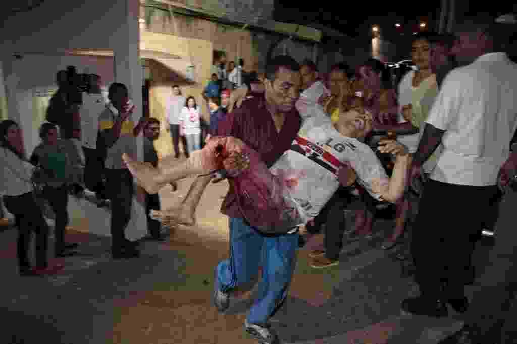 9.jan.2014 - Preso do Complexo Penitenciário de Pedrinhas, em São Luís, no Maranhão, é levado para receber atendimento médico depois de ter sido ferido durante uma briga entre gangues rivais dentro do presídio - Douglas Cunha/Reuters