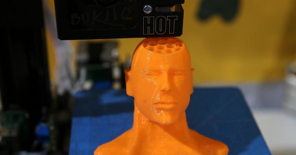 A Bukito 3D, da Deezmaker, imprime réplicas 3D do rosto do ator americano Bruce Willis durante a CES 2014, evento de tecnologia realizado em Las Vegas (Estados Unidos). A companhia vende modelos da impressora 3D que variam entre US$ 800 (R$ 1.922) e US$ 1.300 (R$ 3.123)