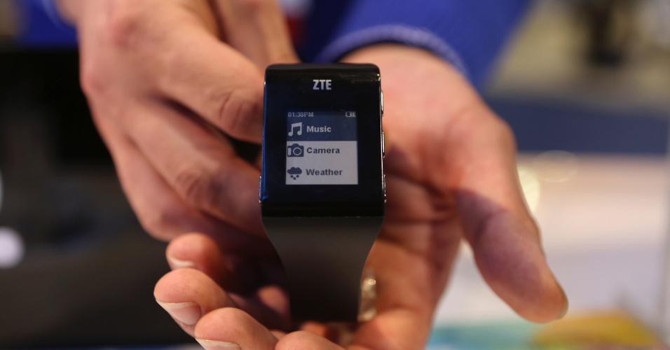 A chinesa ZTE mostrou o relógio inteligente Blue Watch durante a CES 2014, evento de tecnologia realizado em Las Vegas (Estados Unidos). O gadget, como boa parte dos aparelhos da categoria, precisa estar conectado a um smartphone para receber notificações de e-mail ou redes sociais, por exemplo. Ele tem uma câmera e a companhia ainda não divulgou o preço sugerido nem quando ele vai chegar ao varejo
