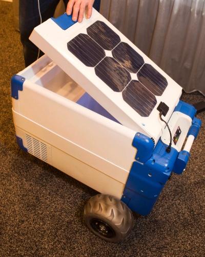 A empresa Solar Cooler apresentou na CES 2014 um produto realmente útil para aqueles que frequentam praias e piscinas. Trata-se de um cooler carregado com energia solar. Ele promete manter a temperatura de 5ºC por um período de 18 a 24 horas; para ficar mais gelado, basta colocar gelo no recipiente com capacidade para até 12 latas. O produto (com 40 x 36 x 43 cm) pesa cerca de 13,6 quilos e tem rodinhas, para facilitar o transporte. Ele conta ainda com uma tomada, que fornece carga para o celular, o rádio ou o notebook, por exemplo. Segundo a Reuters, custa US$ 1.200 (cerca de R$ 2.880)