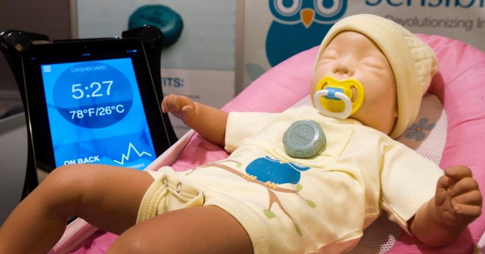 A Sensible Baby apresentou o monitor SmartOne (aparelho cinza da foto), que deve ser preso à roupa do bebê. O equipamento, que será lançado no segundo trimestre por US$ 149 (cerca de R$ 360), monitora temperatura, movimentos e respiração do bebê. Os dados e eventuais alertas são enviados para o celular dos pais
