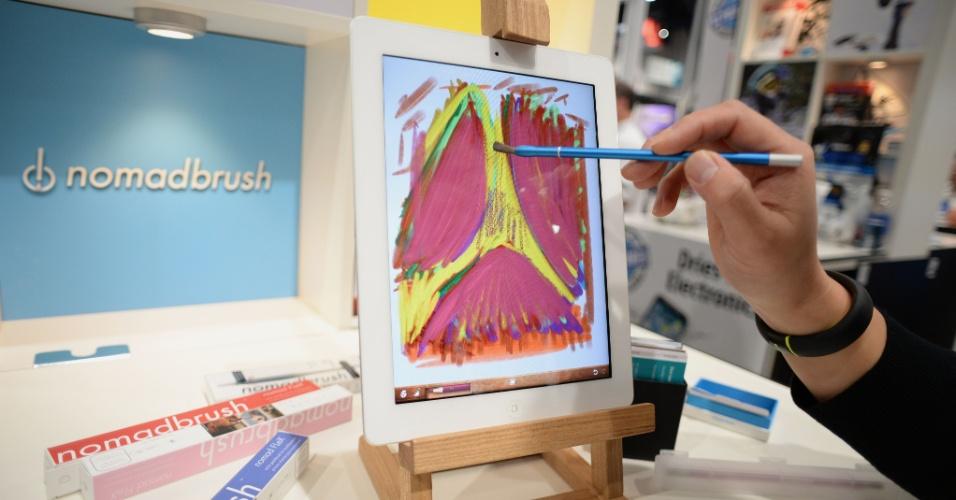 """Artista utiliza a caneta NomadBrush Flex durante CES 2014. O acessório, feito para iPad, permite fazer """"pinturas a óleo"""" em um aplicativo específico para tablet. Nos Estados Unidos, ela custa US$ 29 (cerca de R$ 70)"""