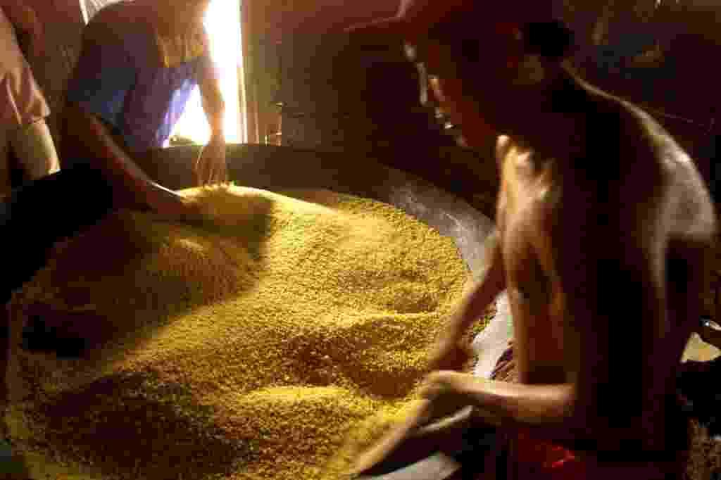 Índios preparam farinha de mandioca na Maloca Flexal, em Uiramutã (RR) - Tuca Vieira/Folhapress