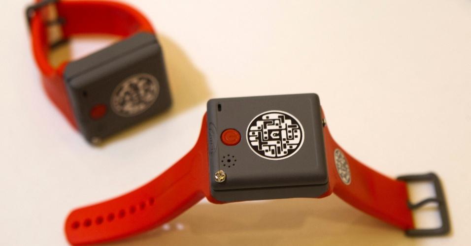 """O KMS Wristband é um relógio que faz ligações voltado para crianças ou idosos que precisam constantemente de cuidados. Ele conta com um GPS -- o que permite aos pais ou a um cuidador saber onde a pessoa está por meio de um aplicativo. O acessório tem apenas um botão e o usuário pode fazer apenas chamadas para número pré-estabelecidos (geralmente um cuidador ou os pais da pessoa). Quem usa o relógio não tem o poder de """"desligar na cara"""". Apenas quem está do outro lado da linha que pode finalizar a chamada. Desenvolvido pela britânica KMS Solutions, o gadget ainda não tem preço nem data para ser lançado"""