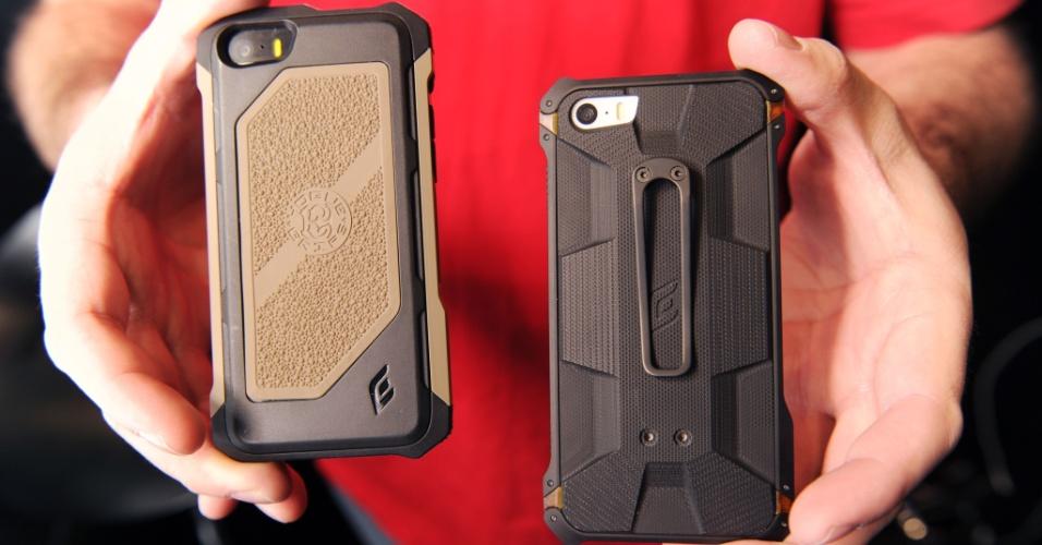 Os cases para iPhone da Elementcase são duros na queda. Os modelos Rogue Black Ops (esquerda) e o Sector 5 Black Ops Elite (direita) são feitos, respectivamente, de polímero ultrarresistente utilizado em armas e de fibra de carbono e alumínio. A empresa, que estreou os dois cases durante a CES 2014, vende as capas para smartphone por R$ US$ 219 (cerca de R$ 524) e US$ 119 (aproximadamente R$ 285)