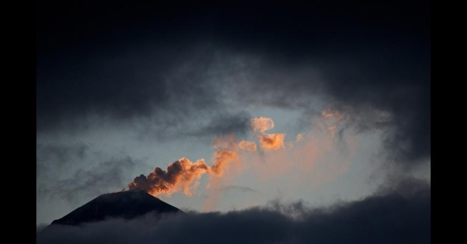 10.jan.2014 - A foto de Sergiy Kadulin mostra o vulcão Klyuchevskoy entrando em erupção no começo da manhã
