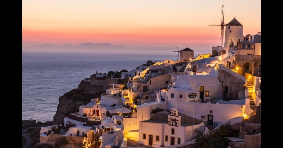 """10.jan.2014 - """"A pitoresca vila Oia fica na beira de uma falésia na ponta norte da ilha de Santorini, na Grécia, famosa por sua arquitetura e pôr do sol"""", diz o fotógrafo Raymond Choo"""