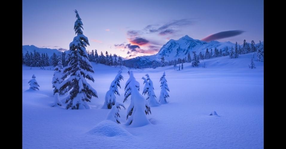 """10.jan.2014 - """"Depois de três dias de tempestades de neve no monte Baker, no Estado de Washington, eu atravessei a grossa camada de neve até chegar a esta paisagem incólume do monte Shuksan durante o nascer do sol"""", diz Joel Brady-Power"""
