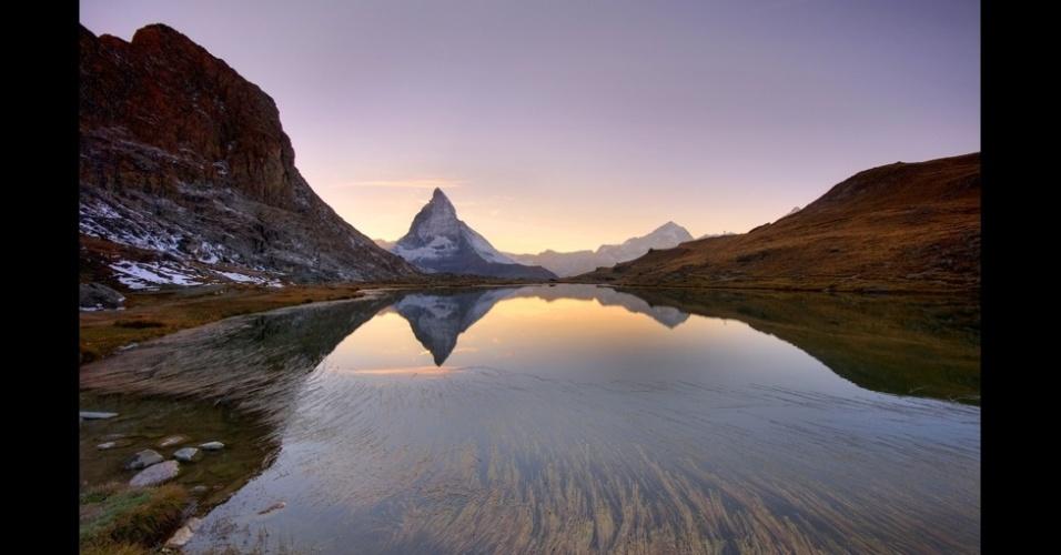 """10.jan.2014 - """"Este é um lugar bastante comum usado por fotógrafos para retratar o nascer do sol"""", diz Nan Li Toh, na Suíça. """"Eu esperei até que o sol desaparecesse atrás do pico de Matterhorn e as cores começaram a ficar mais quentes, o suficiente para eu fazer esse retrato do lago Riffelsee e arredores."""""""