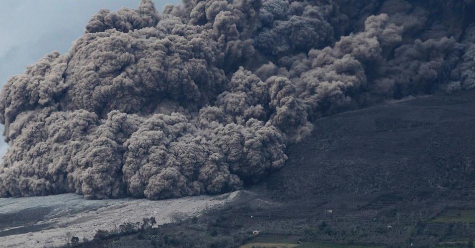 10.jan.2014 - O vulcão Sinabung expele cinzas durante erupção, nas proximidades do distrito de Karo Berastepu, norte da Indonésia, nesta sexta-feira (10). Mais de 22.000 moradores foram evacuados desde que as autoridades elevaram o estado de alerta do Sinabung para o nível mais alto, em novembro de 2013, informou a imprensa local nesta sexta-feira