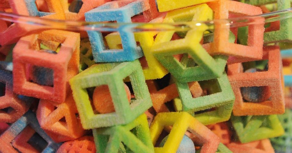 A impressora ChefJet Pro usa açúcar para produzir os doces coloridos acima, que foram oferecidos aos participantes da CES 2014. O público-alvo são confeiteiros que queiram imprimir objetos 3D coloridos com açúcar ou chocolate (para decoração, por exemplo). A máquina deve ser lançada ainda neste ano e tem preço sugerido de US$ 10 mil (aproximadamente de R$ 24 mil)