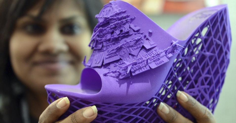 Expositora mostra sapato feito com impressora 3D; a tecnologia ganhou bastante destaque em 2013, com a queda no preço dessas máquinas