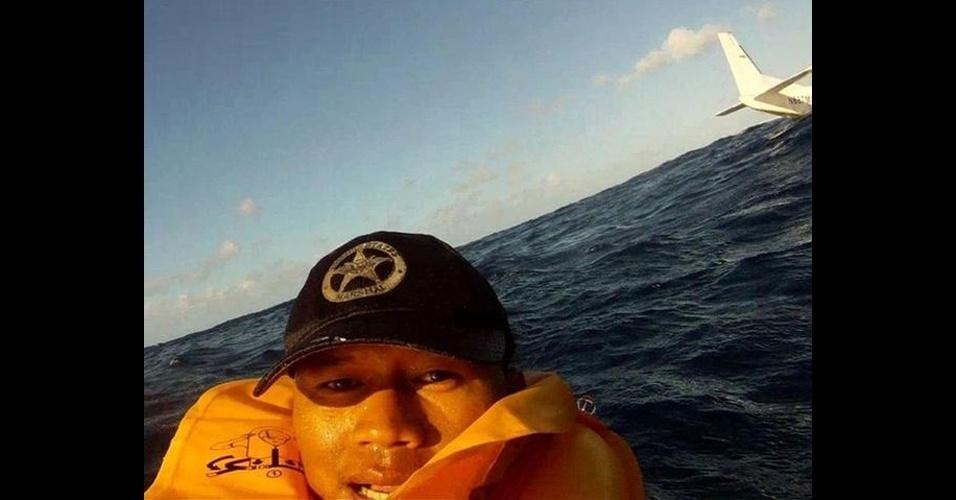 Ferdinand Puentes, 39, sobreviveu à queda de um avião no mar em dezembro com nove tripulantes em Kalaupapa, no Havaí. Além de gravar o momento do acidente em vídeo, Puentes tirou um ?selfie? (autorretrato, em inglês) com uma câmera GoPro e vestindo um colete salva-vidas. Segundo um jornal local, uma hora depois eles foram resgatados pela Guarda Costeira dos EUA. O avião afundou no mar e uma pessoa morreu no acidente
