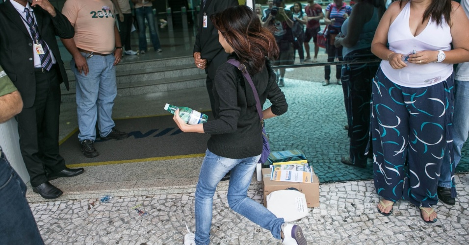 12.jan.2014 - Candidata corre para entrar a tempo em local de prova da segunda fase da Unicamp em São Paulo