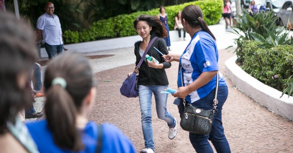 12.jan.2014 - Candidata corre para entrar a tempo em local de prova da segunda fase da Unicamp em São Paulo; o UOL terá correção comentada das questões