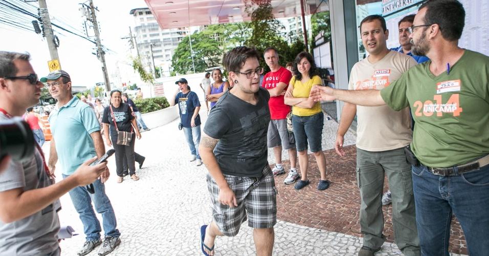 12.jan.2014 - Candidato corre para entrar a tempo em local de prova da segunda fase da Unicamp em São Paulo