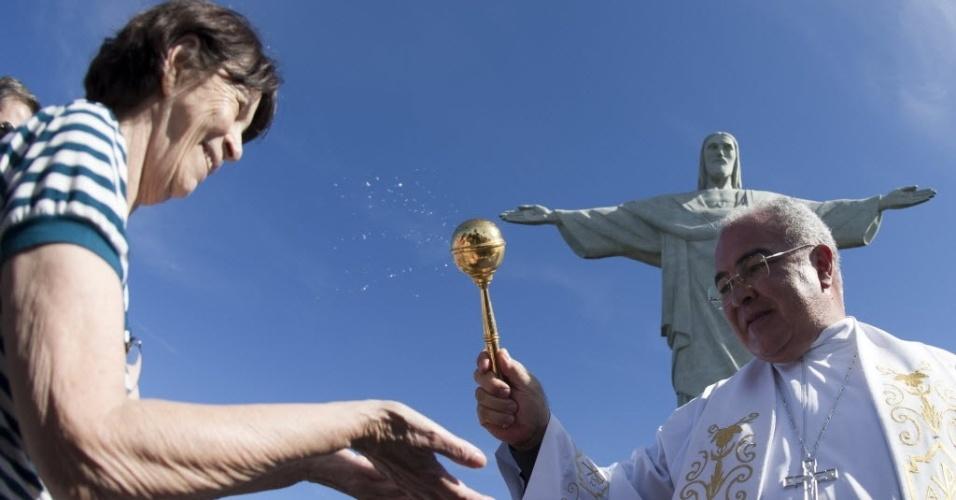 12.jan.2014 - Em foto de 12 de julho de 2013, o arcebispo do Rio de Janeiro, Dom Orani Tempesta, abençoa peregrinos que viajaram à cidade para acompanhar a Jornada Mundia da Juventude
